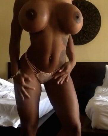 Negra en Webcam con unas tetas descomunales