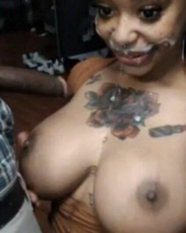 La mamada de la negra tetuda en Chaturbate