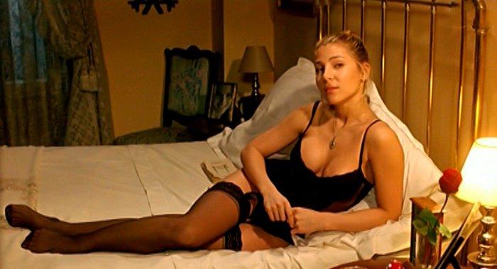 Elsa Pataky lencería sexy en cama