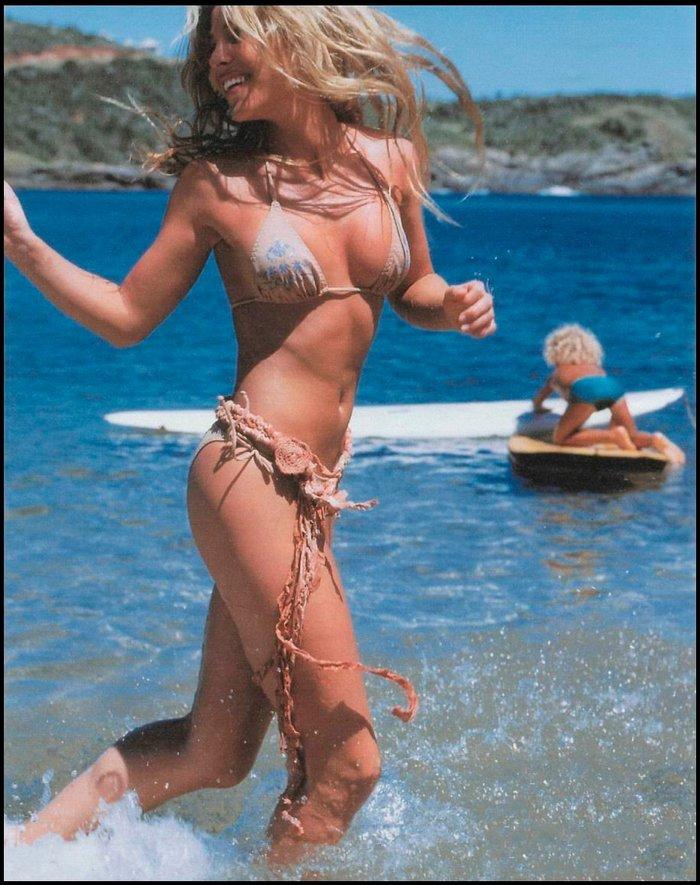 Elsa Pataky paseando playa