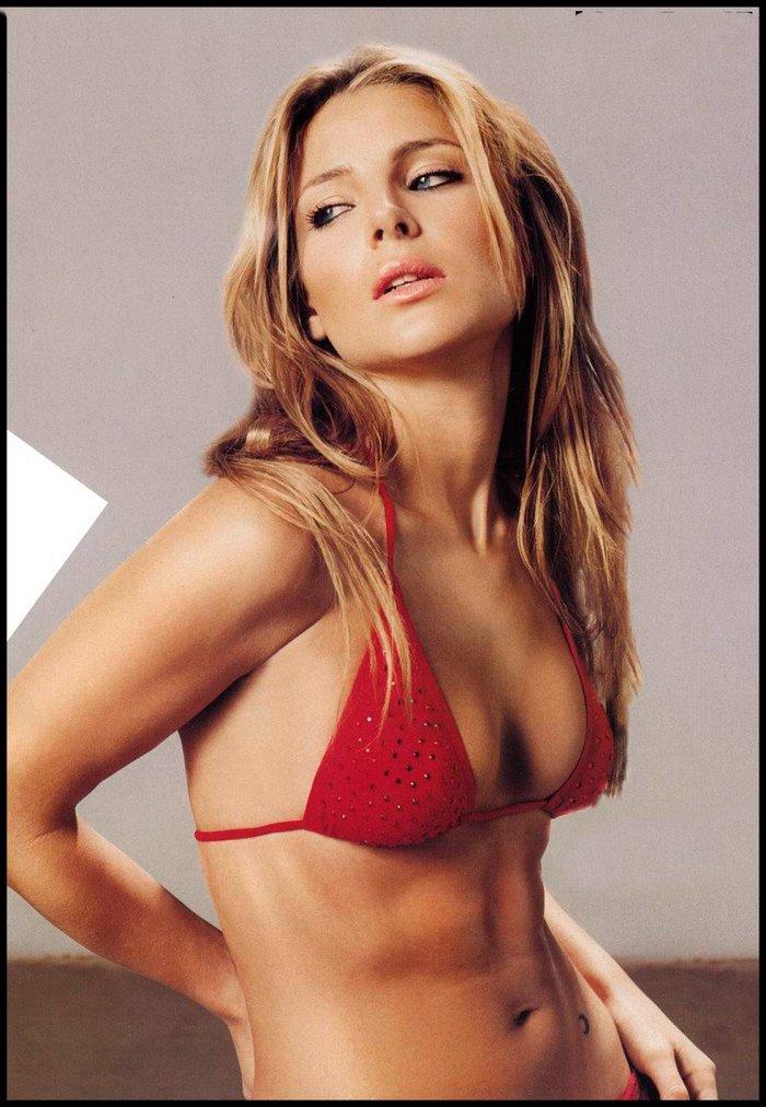 Elsa Pataky posado bikini rojo