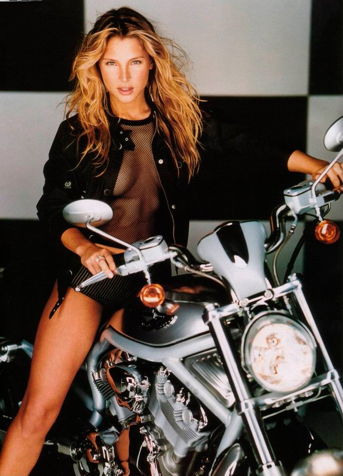 Elsa Pataky posado erótico en moto