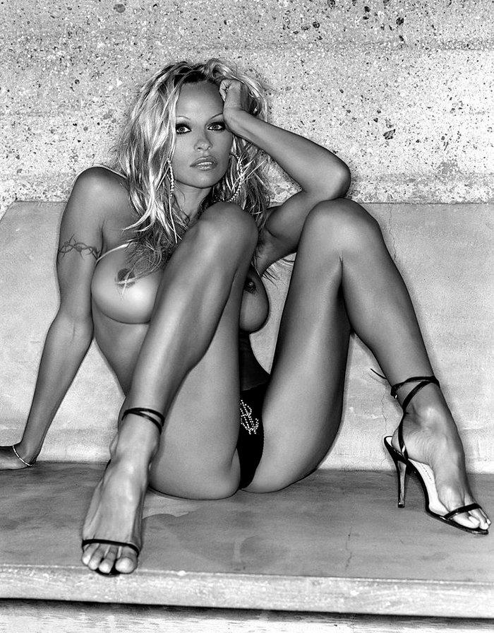Pamela Anderson abierta de piernas