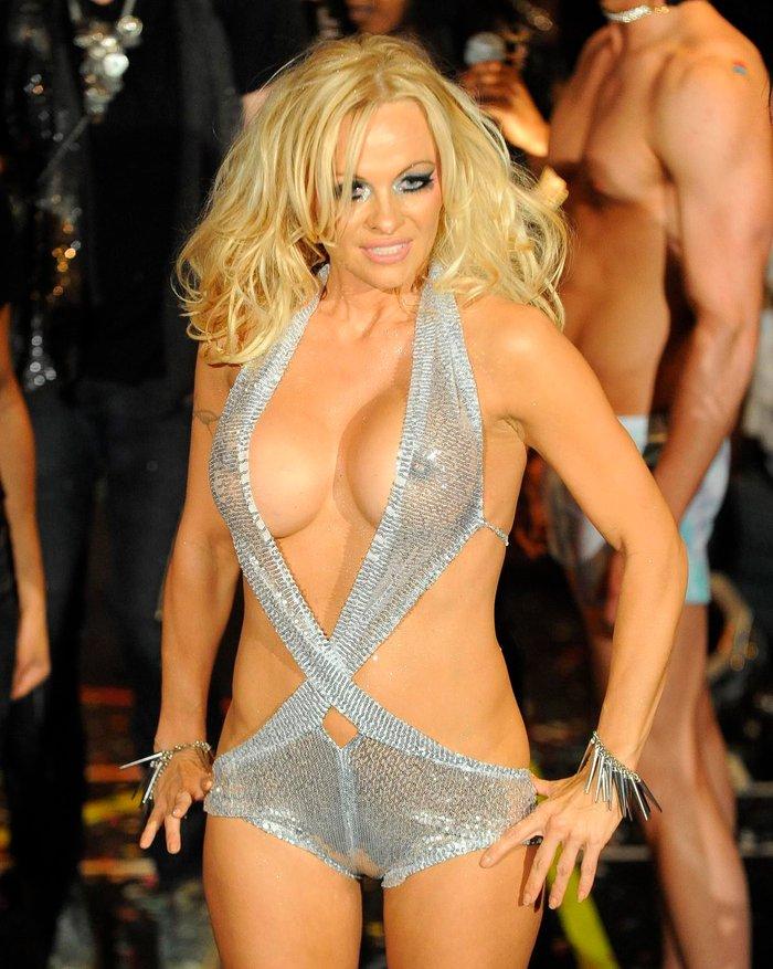 Pamela Anderson vestido transparencias