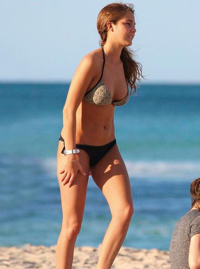 Natalia Sánchez caminando por playa