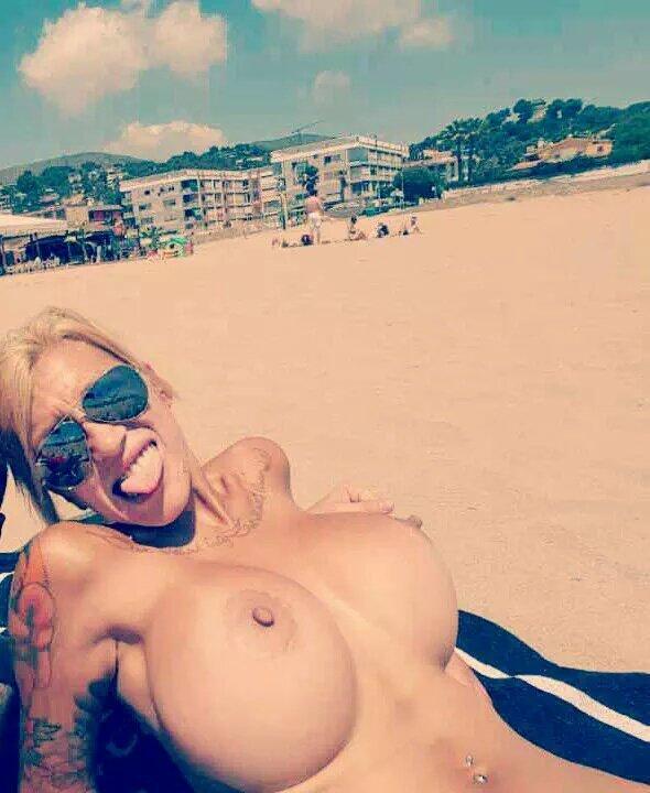 Haciendo topless en la playa - FV