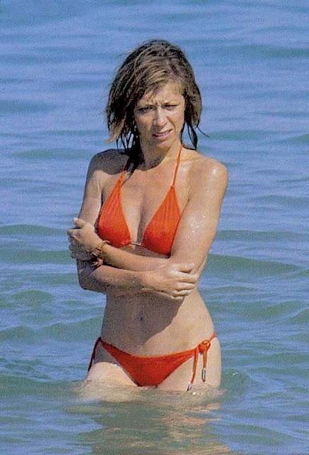 Mujer madura de pezones duros en la playa - 2 5