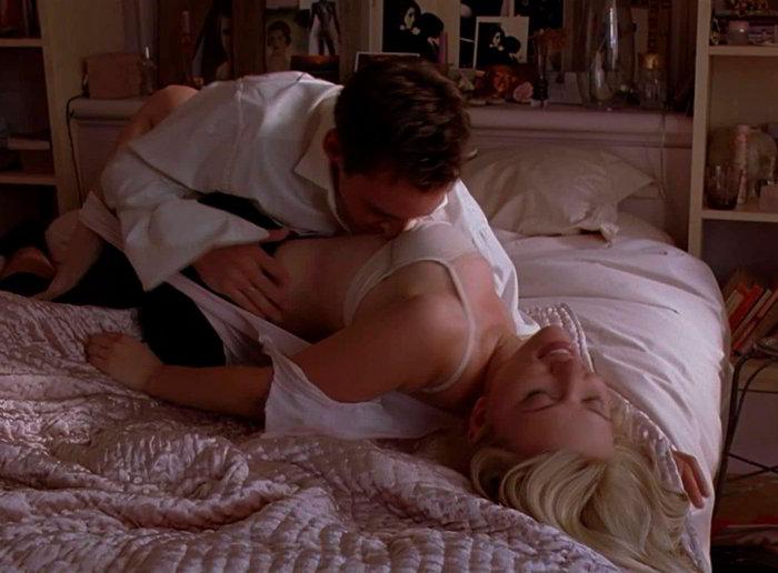 Scarlett Johansson follando en la cama
