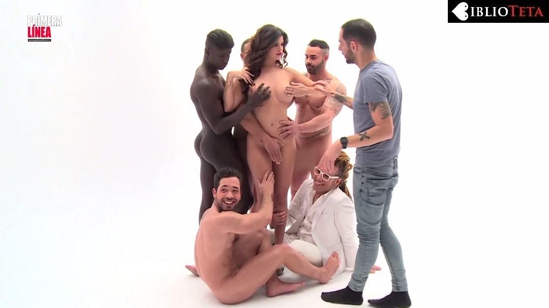Lola Ortiz desnuda y manoseada por hombres desnudos - LO