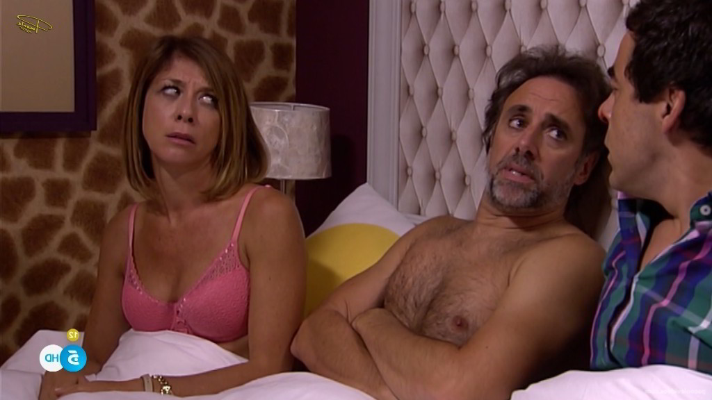 En la cama con sujetador rosa - EI