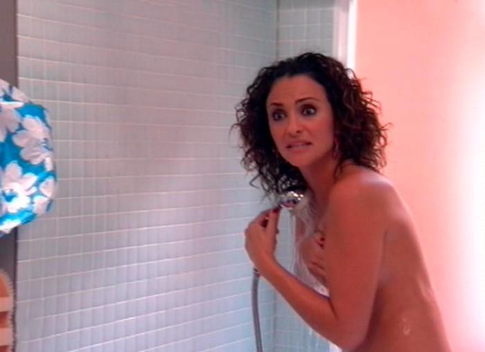 Melanie Olivares saliendo ducha