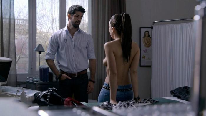 Verónica Sánchez topless en Sin Identidad