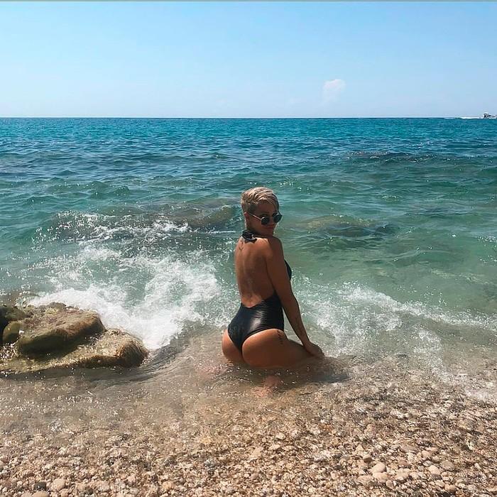 Ylenia Padilla mueve culo perrea playa