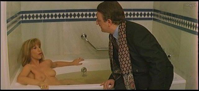 En la bañera con su cuerpo sin ropa