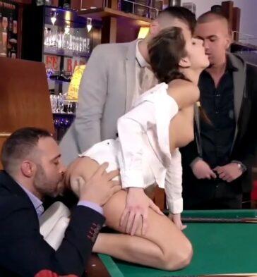Gina Gerson follando en una orgía sobre el billar