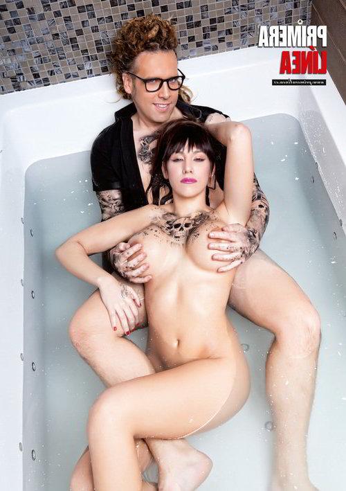 Junto con hombre desnuda en la bañera