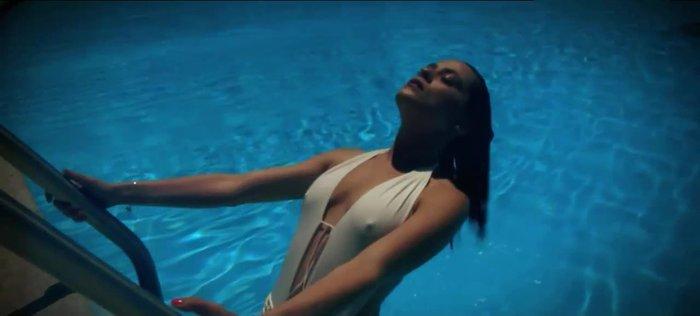 María León Bikini Piscina Marca Pezones