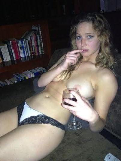 Bebiendo vino sin sujetador