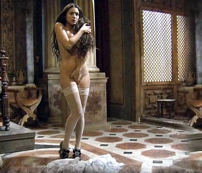 Elisa Mouliaá desnuda tapándose coño y tetas - Aguila Roja