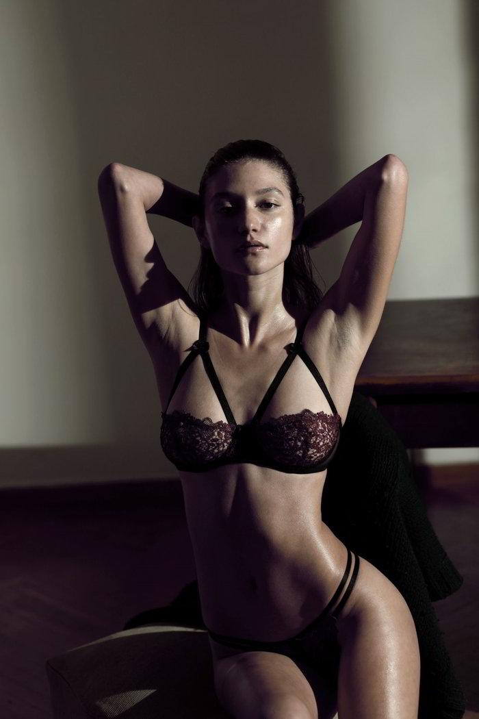 Elizabeth Elam desnuda