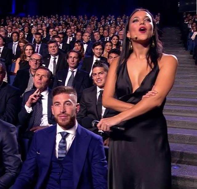 Escotada en una gala de premios junto futbolistas