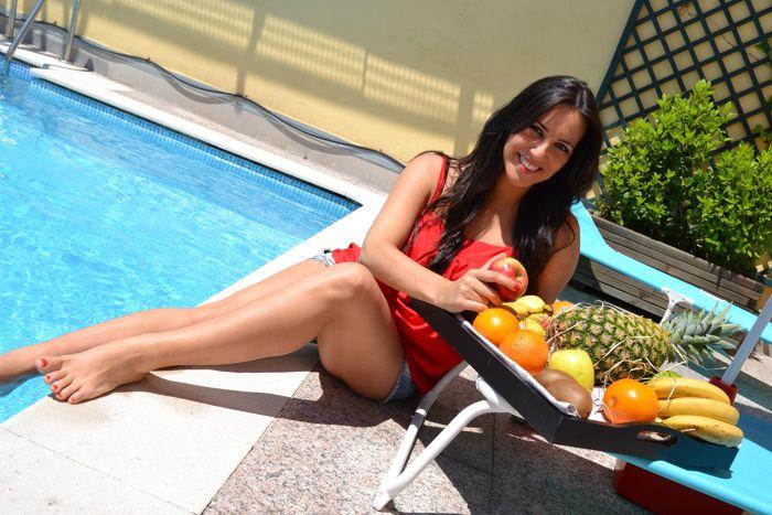 Foto piernas en la piscina
