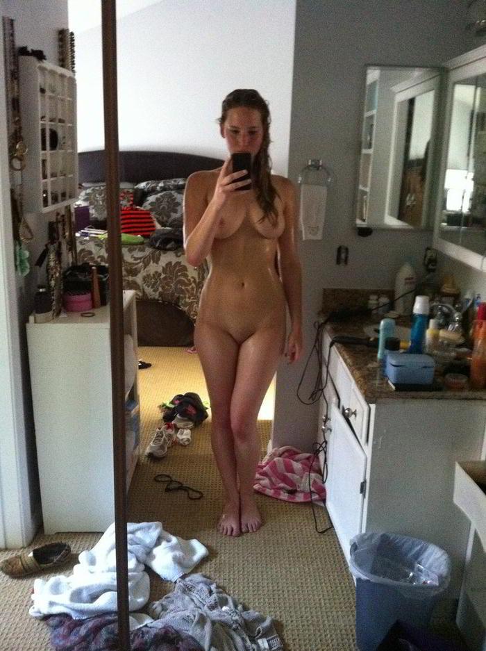 Saliendo de la ducha mojada en su habitación