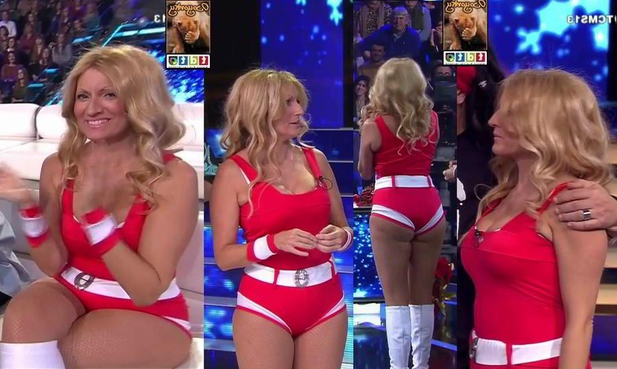 Vestido rojo apretado enseñando cacho