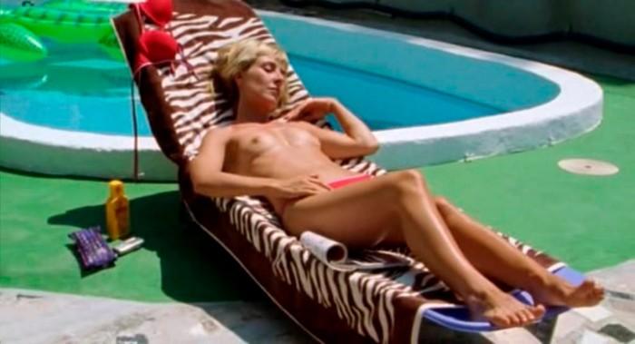 Cayetana Guillén Cuervo topless tomando sol