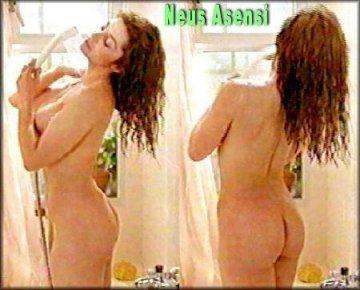 Duchándose desnuda culo
