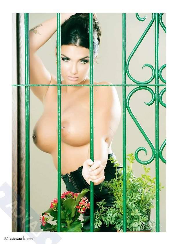 Topless tras la ventana