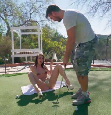 Aidra Fox follada en el campo de golf