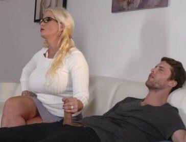Alura Jenson hace pajas al joven novio de su hija