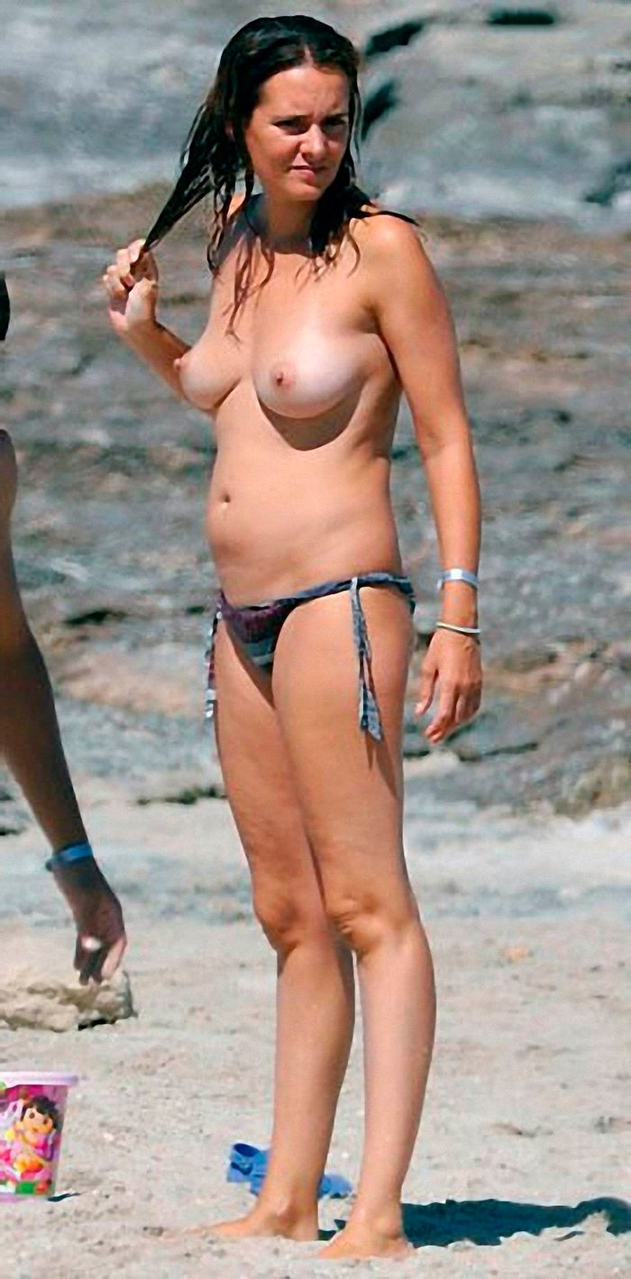 Eva Santolaria pillada Topless playa 2