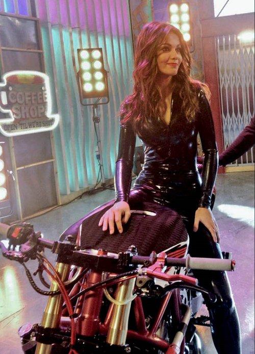 Lara Alvarez motera vestido latex negro