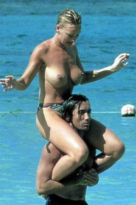 parejas desnudas en la playa