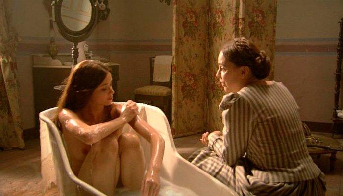 Dafne Fernández desnuda baño serie Tierra Lobos