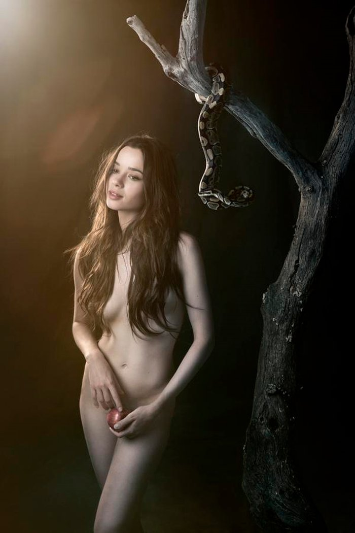Dafne Fernández desnuda manzana Adán