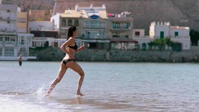 Dafne Fernández escena bikini serie Chiringuito Pepe 2