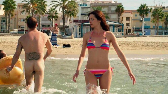 Dafne Fernández escena bikini serie Chiringuito Pepe 3