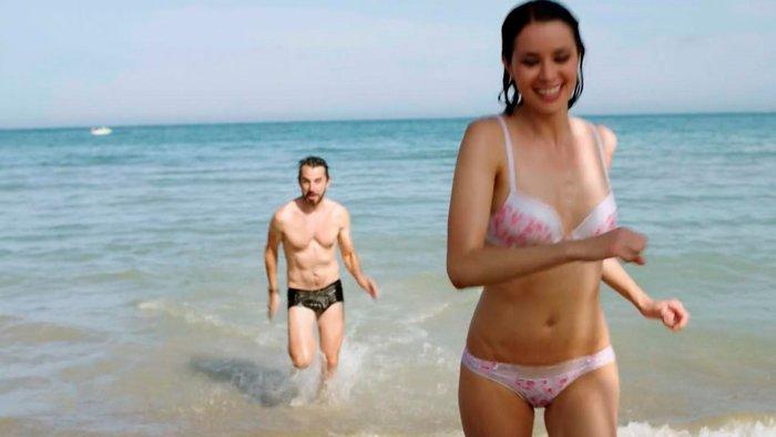 Dafne Fernández escena bikini serie Chiringuito Pepe 6