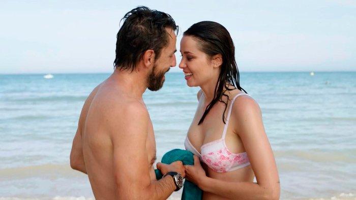 Dafne Fernández escena bikini serie Chiringuito Pepe 7