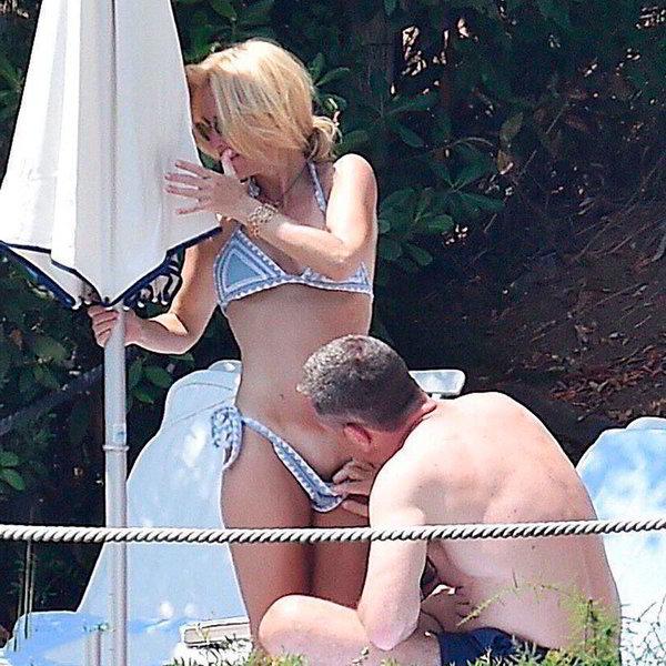 Follando en la piscina hasta que les pillan los vecinos - 2 part 4