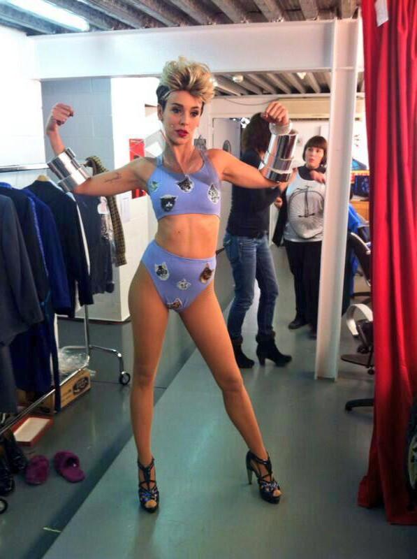 Belen Cuesta imitando Miley Cyrus