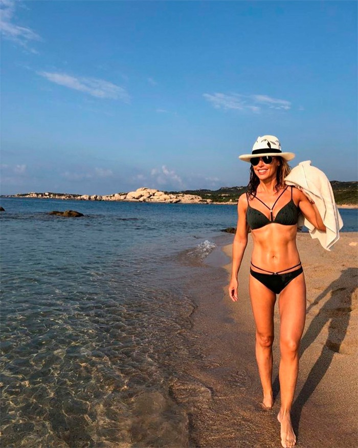 Emma García posado playa bikini