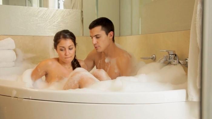 Hiba Abouk baño con Alex González