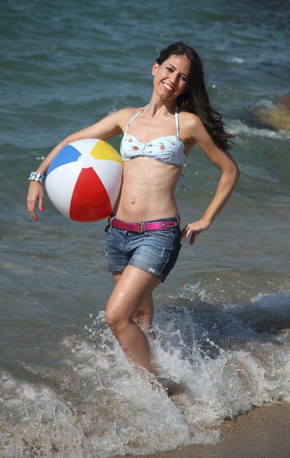 Núria Marín posado playa