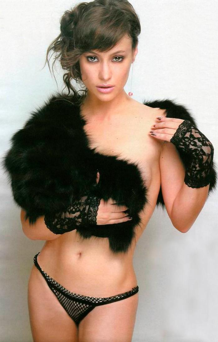 Natalia Verbeke en tanga y topless