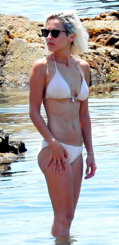Ana Fernández espectacular bikini blanco