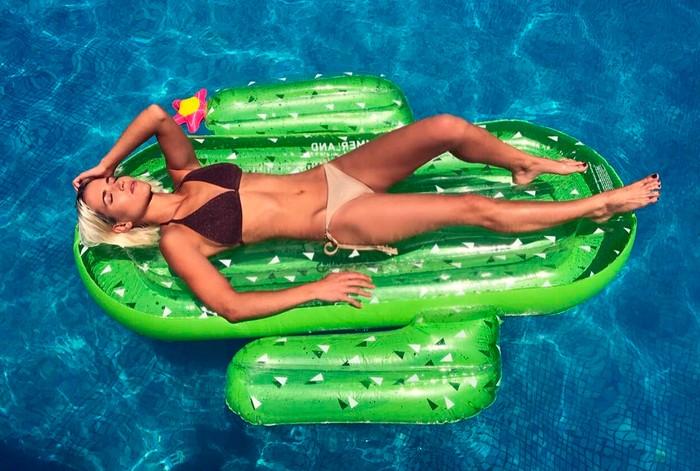 Ana Fernández subida colchoneta piscina